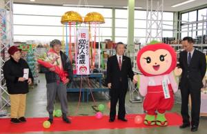 500万人目の来場者となった亀田さん夫妻(写真左)