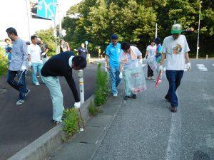 ゴミ拾いをする職員ら